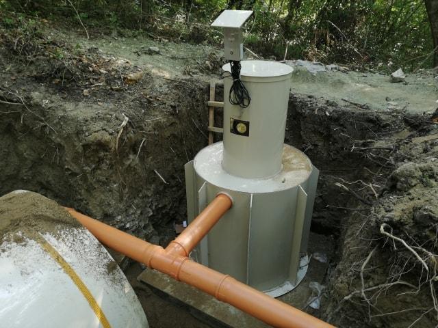 монтаж вертикального подземного резервуара из полипропилена